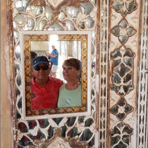 Pareja reflejada en un espejo