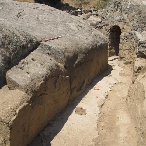 Imagen de trinchera de comunicación y fortín al fondo en la posición Calvario