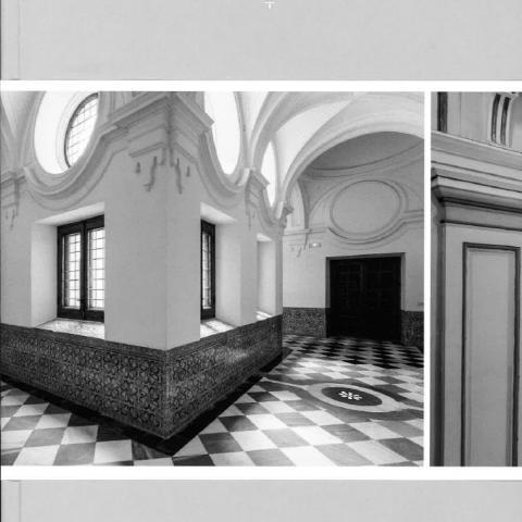 Imagen de un convento con fondo gris y paredes blancas y zócalo