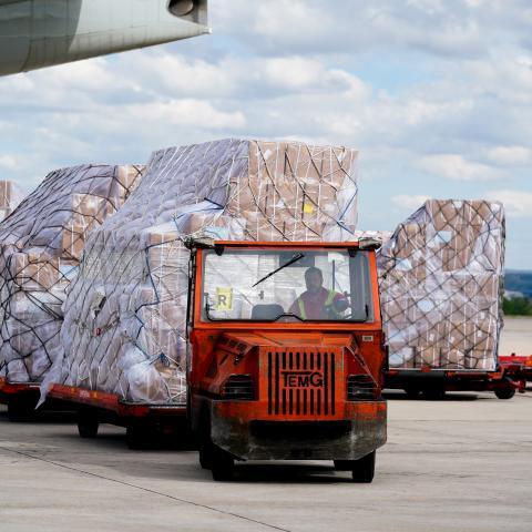 Transporte de material desde el avión