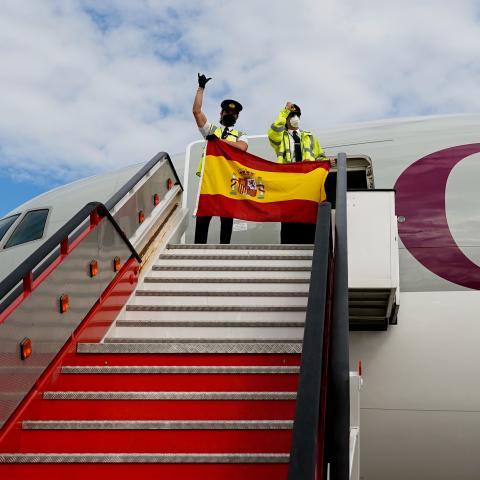 La tripulación del avión a su llegada