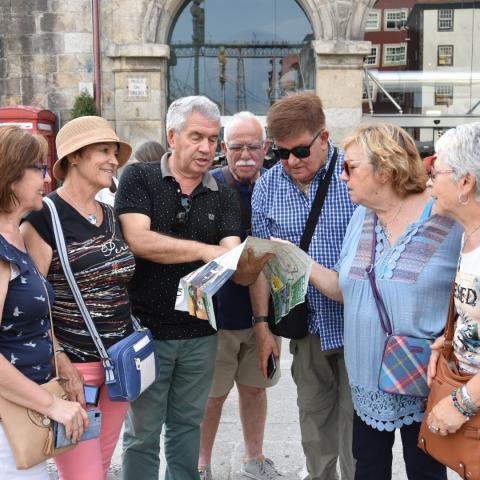 Grupo de turistas consultando un mapa