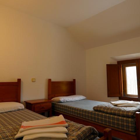 Habitación con dos camas Albergue Juvenil Los Batanes