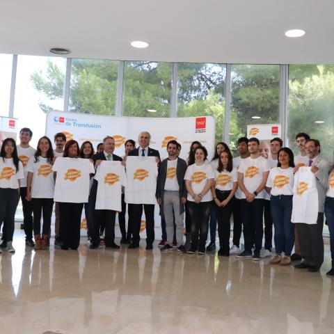 Foto de grupo con los estudiantes voluntarios de la UPM