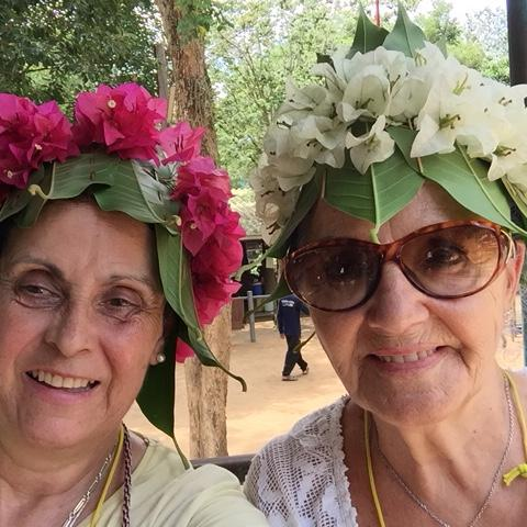Mujeres con tacados de flores