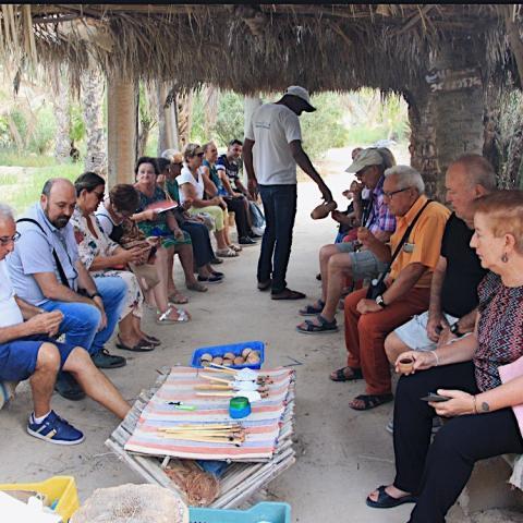 Grupo de personas mayores sentadas
