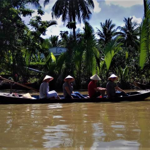 Canoa navegando por un rio