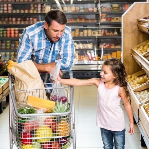 padre e hija haciendo la compra