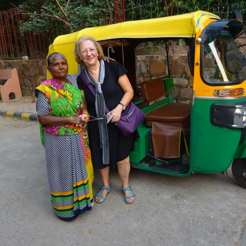 Mujer occidental junto a mujer india con sari
