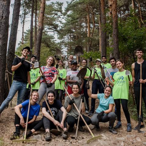 Grupo de jóvenes realizando trabajo de campo