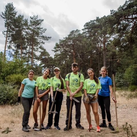 Grupo de jóvenes en el monte