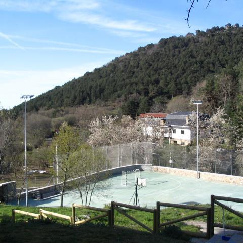Pista de baloncesto del albergue juvenil Villa Castora