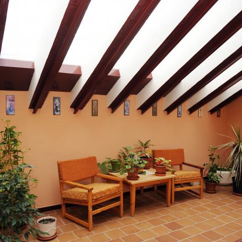Espacio con sillones del albergue juvenil la Dehesas