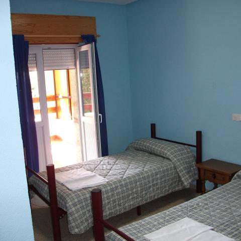 habitación con dos camas albergue juvenil villa Castora