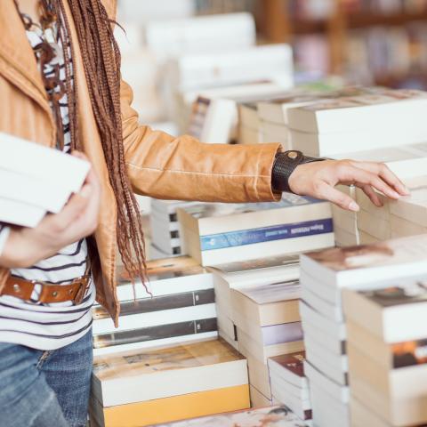 Mujer buscando libros en una librería