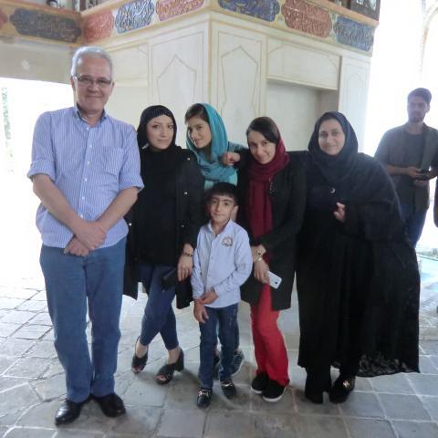 Hombre acompañado de mujeres con hiyab