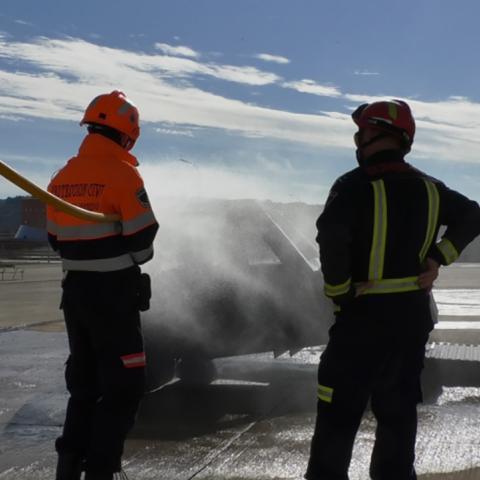 Voluntarios de protección civil en prácticas de extinción de incendios