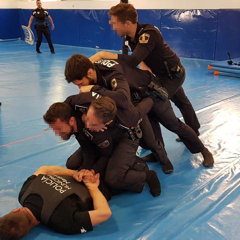 Policías locales en clases de intervención policial en el IFISE