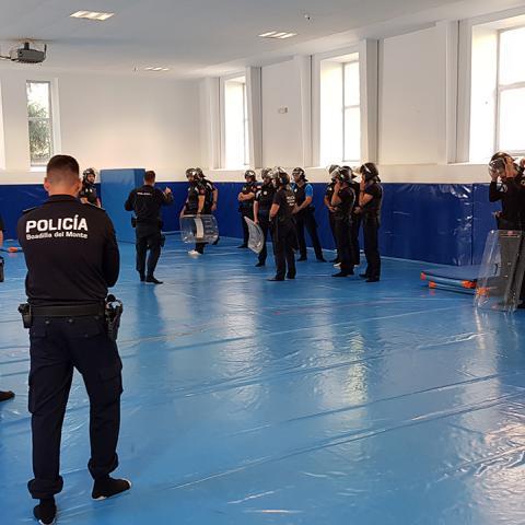 Policías locales en prácticas de defensa personal en el IFISE
