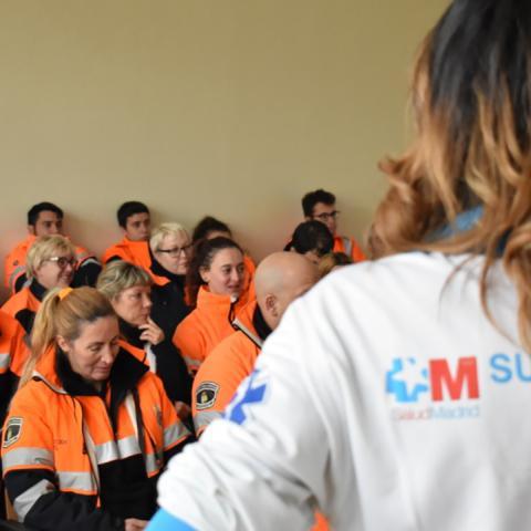 Voluntarios de protección civil en clase de primeros auxilios