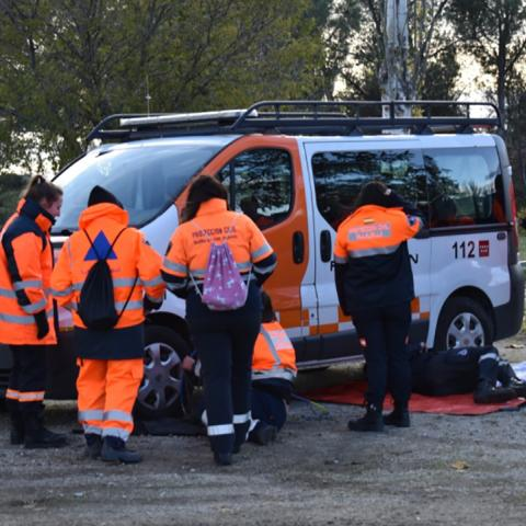 Voluntarios de protección civil en clase de mecánica básica