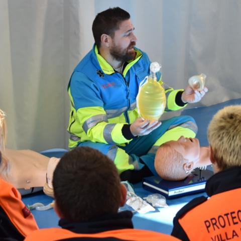 Prácticas de voluntarios de protección civil en primeros auxilios