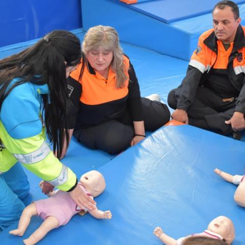 Voluntarios de protección civil aprendiendo primeros auxilios