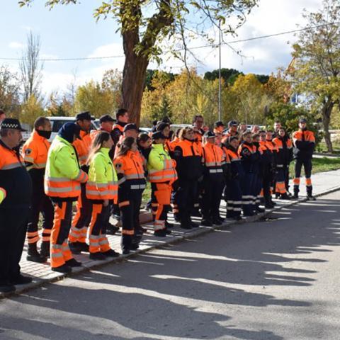 Voluntarios de protección civil aprendiendo a regular la circulación