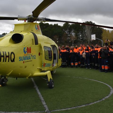 Prácticas de voluntarios de protección civil guiando aterrizaje de helicóptero