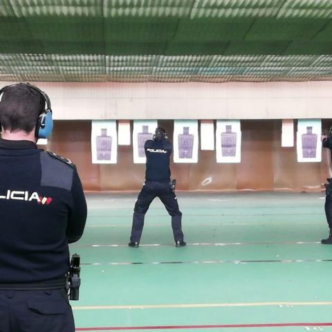 Policías locales haciendo prácticas en la galería de tiro del IFISE