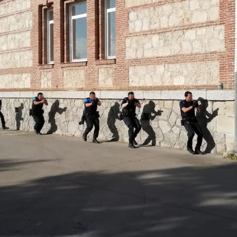 Policías locales en curso de intervención contra atentados terroristas