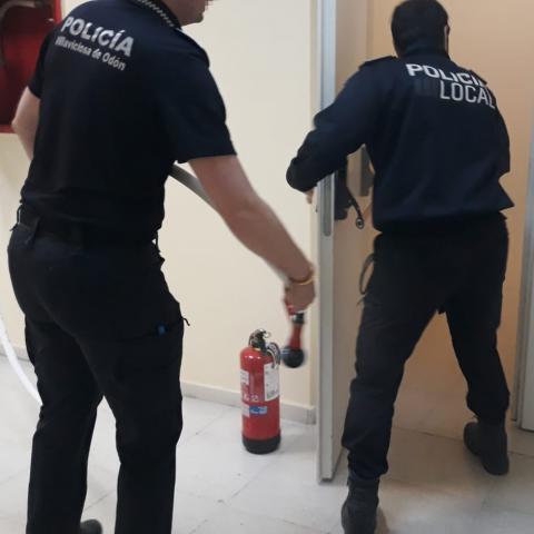 Prácticas de policías locales en sofocar conatos de incendio