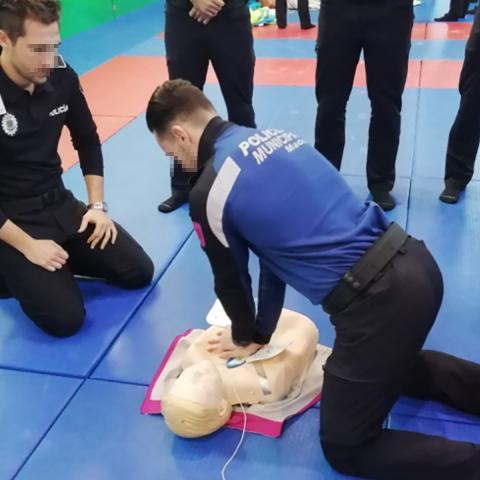 Policías locales en prácticas de primeros auxilios en el IFISE