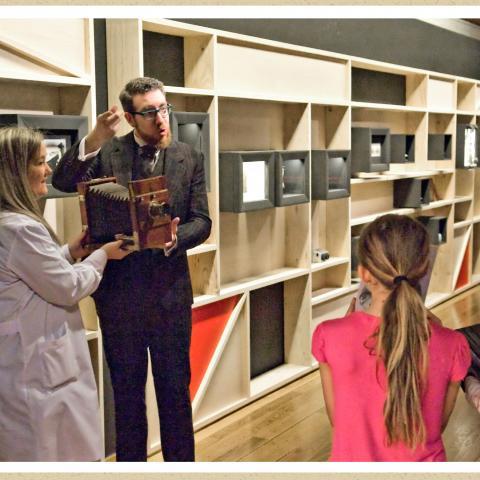 taller 1-2-3-foto, enseñando cámara de placas