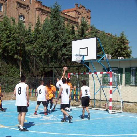 Menores jugando al baloncesto
