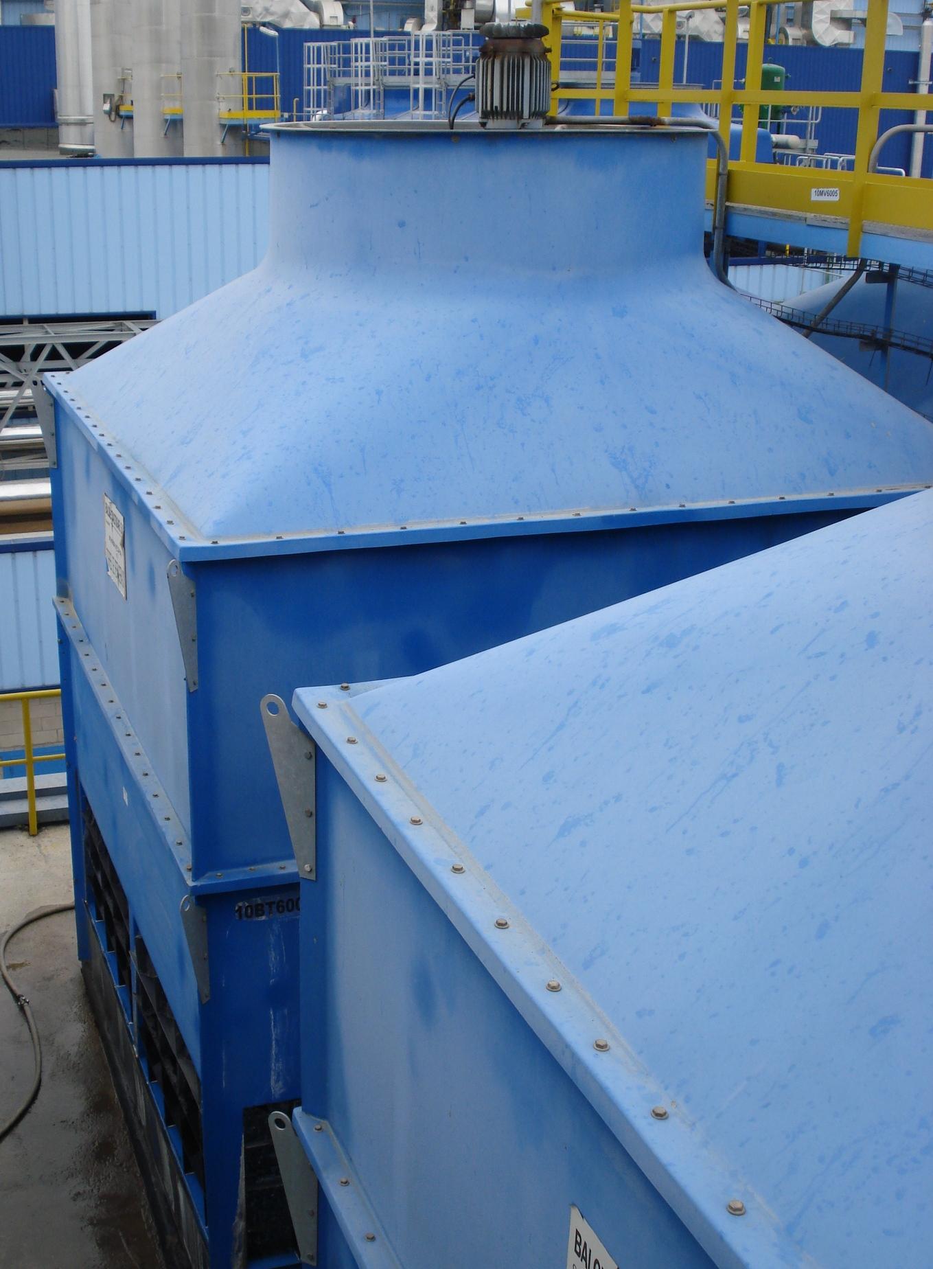Imagen de una torre de refrigeración en un tejado