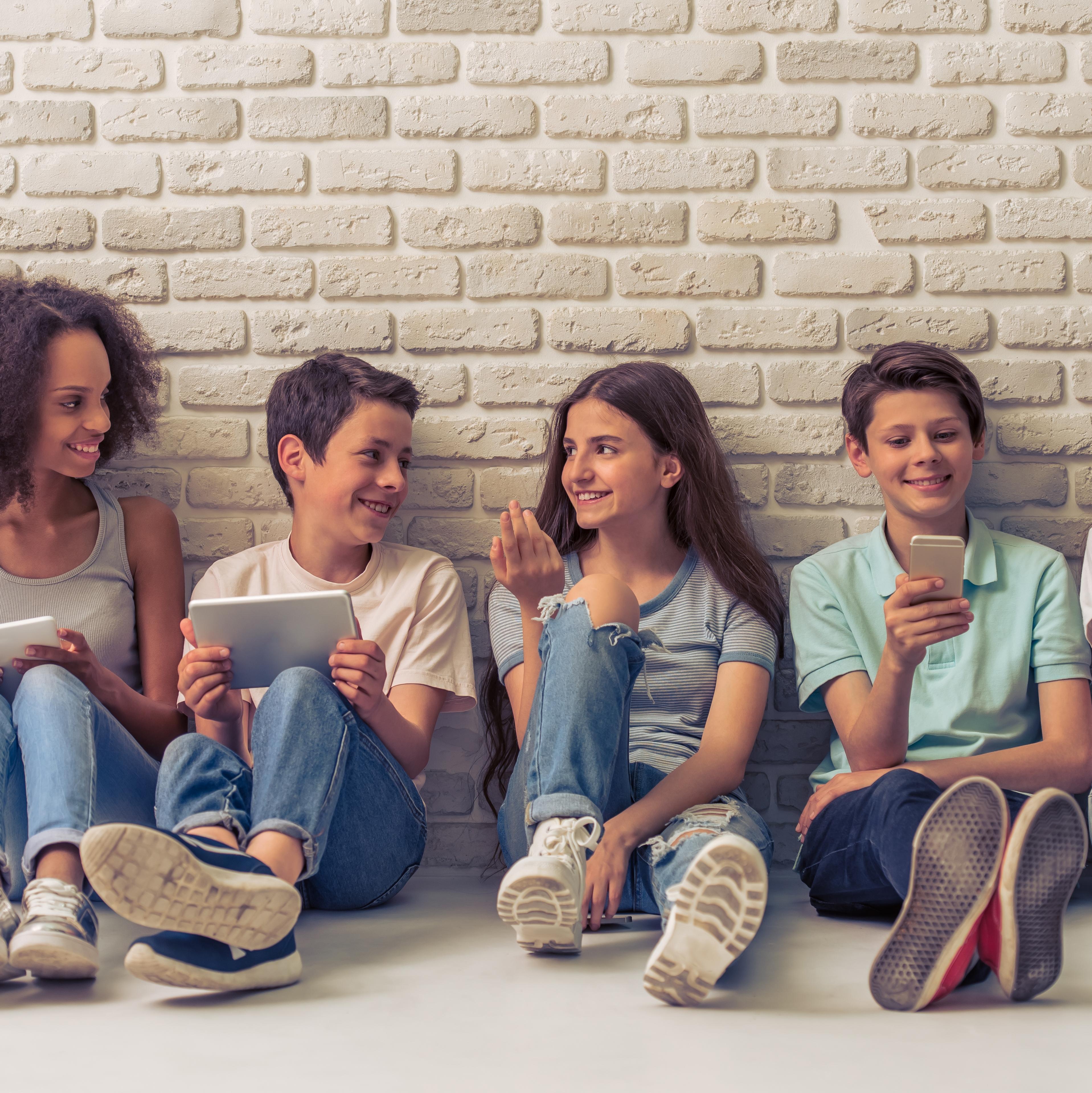 Niños con tablets y teléfonos