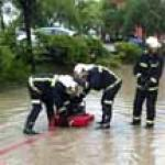 Los bomberos achican el agua de una tormenta